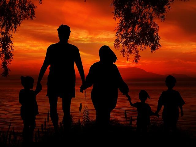 Семья и близкие друзья — самый важный источник счастливого детства